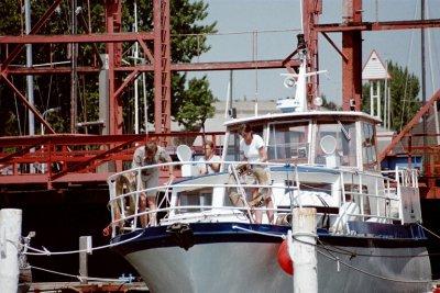 """Stahlmotoryacht """"Lago"""" in der Schleuse"""
